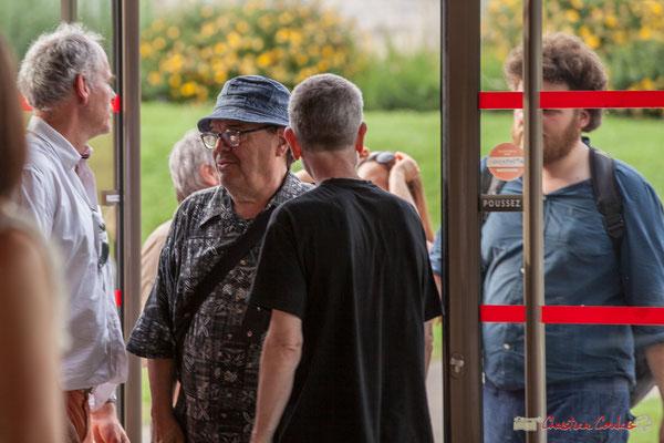 Lionel Chollon, Maire de Loupiac et parrain du Comité de soutien remercie Bernard Lubat d'être venu soutenir Christophe et Nathalie, candidats France insoumise sur la 12ème circonscription de la Gironde. 28/05/2017, Targon