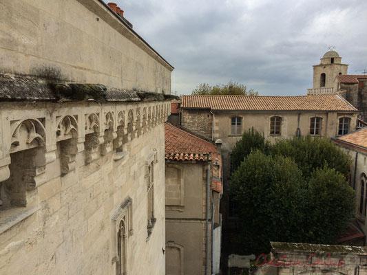 Vue depuis la terrasse supérieure de la Fondation Vincent van Gogh, au fond le dôme de la Chapelle du Méjan