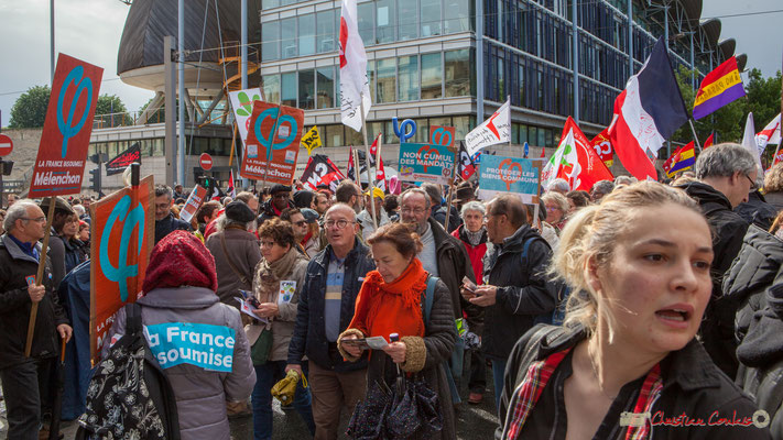Distribution de tracts de la France Insoumise. Manifestation du 1er mai 2017, cours d'Albret, Bordeaux