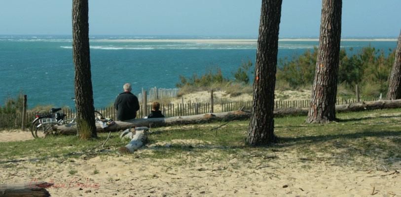 Pause vélo d'un couple regardant l'océan. Petit-Nice de Pyla-sur-Mer, route de Biscarrosse, forêt domaniale de La Teste-de-Buch