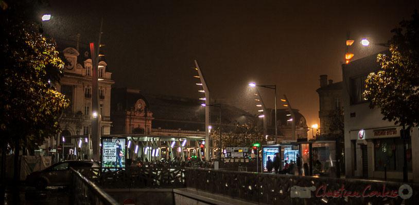 Extérieur nuit. Sortie du parking souterrain de la Gare Saint-Jean, rue Saint-Vincent-de-Paul, Bordeaux