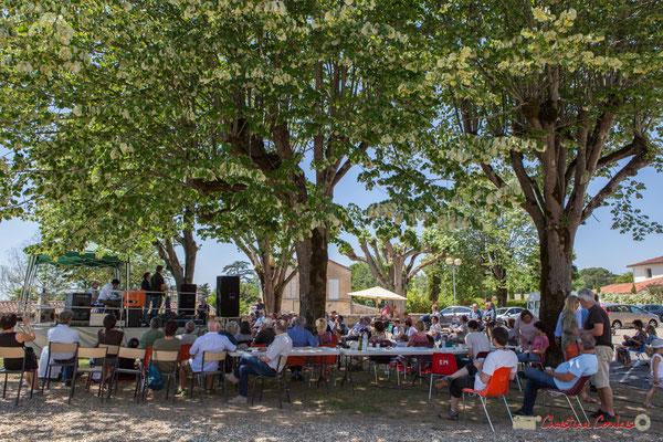 Malgré la chaleur, un public attentif sous les tilleuls de la place de Verdun. Soul Jazz Rebels. Festival JAZZ360, 10 juin 2017, Camblanes-et-Meynac