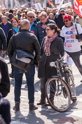 14h31 Papotage au milieu du cortège. Manifestation intersyndicale de la Fonction publique/cheminots/retraités/étudiants, place Gambetta, Bordeaux. 22/03/2018