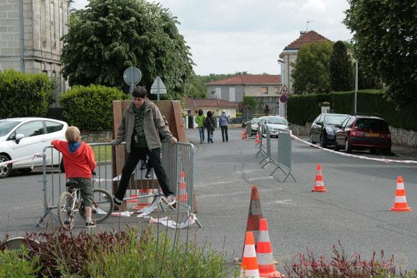 Mesure de sécurité, place du bourg de Cénac, Festival JAZZ360 2010. 16/05/2010