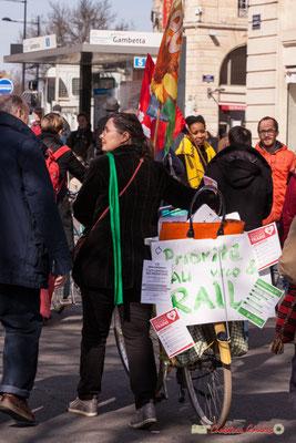 """15h13 Génération écologie les verts """"Priorité au vélo-rail"""" Manifestation intersyndicale de la Fonction publique/cheminots/retraités/étudiants, place Gambetta, Bordeaux. 22/03/2018"""