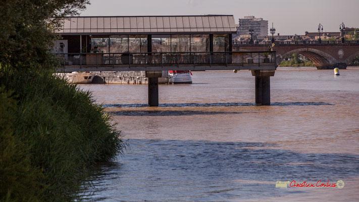 L'Estacade, restaurant sur pilotis, quai de Queyries. Bordeaux, 22/06/2019 Reproduction interdite - Tous droits réservés © Christian Coulais