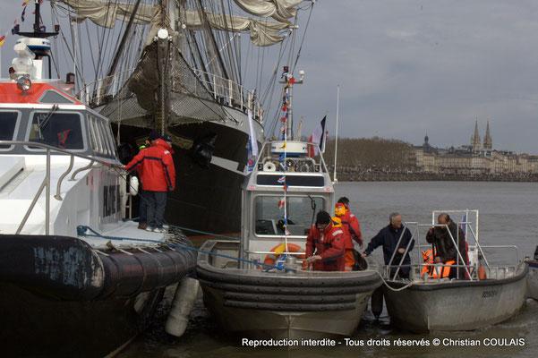Le Belem et le bateau-pilote sont à quai, la direction de la parade les rejoint. Gabare les Deux Frères, Bordeaux, samedi 16 mars 2015