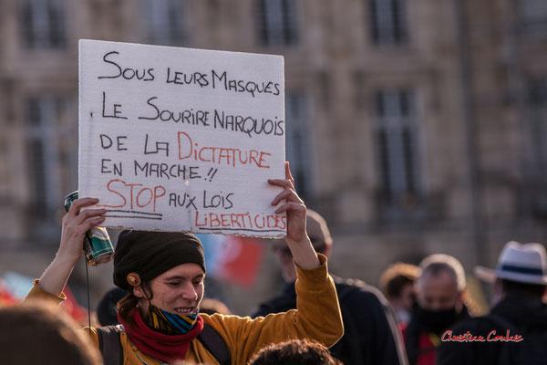 """""""Pas d'image sans preuve"""" Manifestation contre la loi Sécurité globale. Samedi 28 novembre 2020, place de la Bourse, Bordeaux. Photographie © Christian Coulais"""