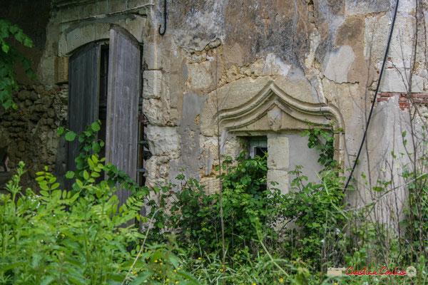 Porte et fenêtre de style Renaissance avec armoirie. Château de Montignac, Cénac. 08/05/2008