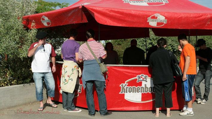 La buvette entame sa vitesse de croisière. Festival JAZZ360, Cénac. 01/06/2011