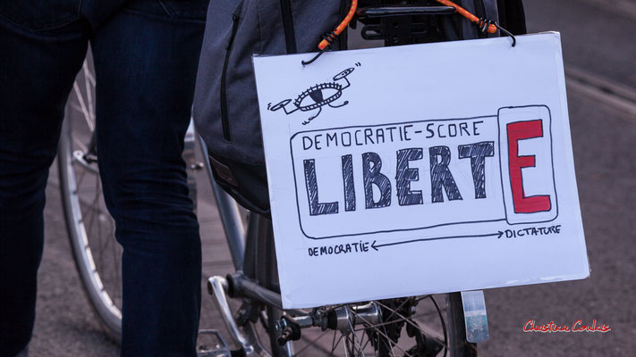 """""""Démocratie-score : E repère dictature"""" Manifestation contre la loi Sécurité globale. Samedi 28 novembre 2020, quai Richelieu, Bordeaux. Photographie © Christian Coulais"""