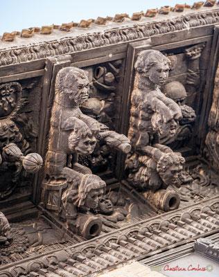 """6/7 Treize modillons représentent des animaux fantastiques, en train d'attraper des têtes humaines, flore et fruits exotiques et arrière-plan avec des """"indiens"""" et figurent grotesques. Palais d'Ongay-Vallesantoro, Sangüesa, Navarre"""