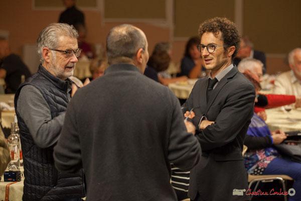 """Entracte. Philippe Desmond (Action Jazz), Mickaël Chevalier (Nokalipcis Project) conversent """"bateaux"""" avec un spectateur. Soirée-Cabaret JAZZ360, Cénac, samedi 4 novembre 2017"""