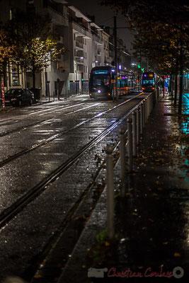 Extérieur nuit, sous la pluie, tramways ligne C, rue de Tauzia, Bordeaux