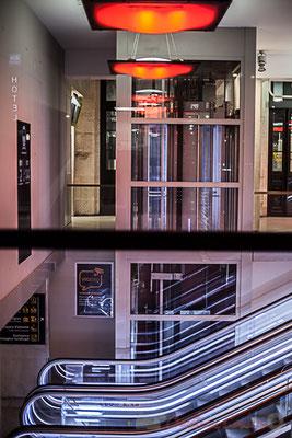 """Extérieur nuit, intérieur ascenseur/escaliers mécaniques """"Escale à tort 2"""". Gare Saint-Jean, Bordeaux."""