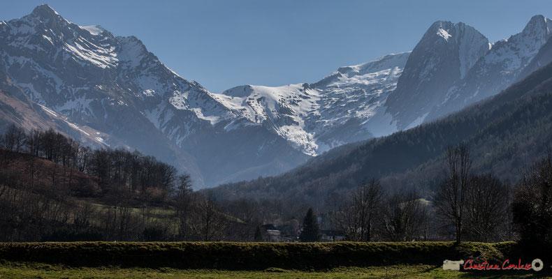 Au dessus d'Accous, s'élèvent le Pic de Bergon, la montagne de Liard, le Ronglet, le Pic Permayou