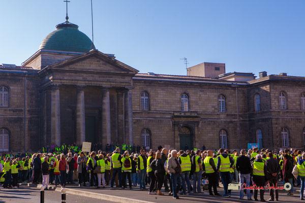 Manifestation nationale des gilets jaunes. 1 500 à 2 000 personnes présentes, Place de la République, Bordeaux. Samedi 17 novembre 2018
