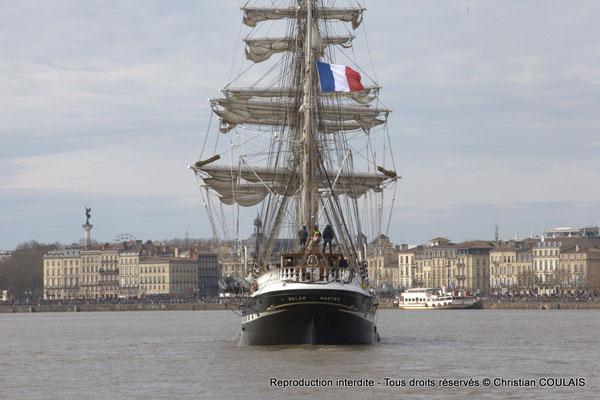 G Le Belem poursuit sa voix navigable vers les quais ou l'attendent des milliers de spectateurs. Bordeaux, samedi 16 mars 2015