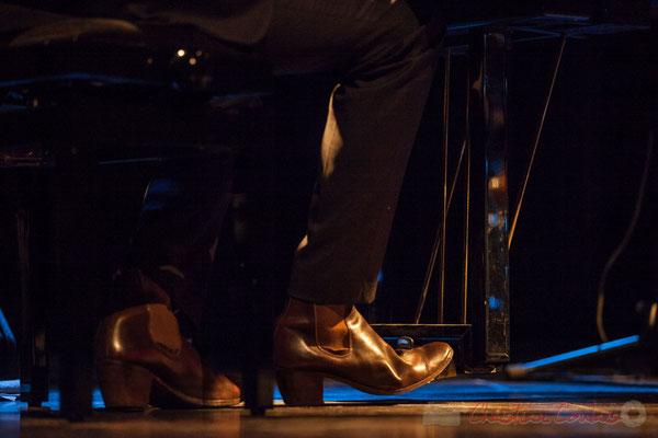 """Trio Marcelle, Cédric Jeanneaud joue avec ses """"bottes de gitan"""" pour le morceau de rappel. Soirée Cabaret JAZZ360, Cénac, 05/11/2016"""