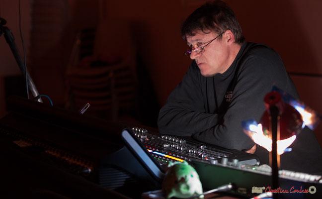 Pablo Jaraute, Grand Maître des sons et des lumières, avec sa nouvelle console. Nokalipcis Project, Soirée-Cabaret JAZZ360, Cénac. 04/11/2017