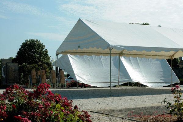 Installation des deux tentes (prêtées par la commune de Quinsac), square des écoliers. Festival JAZZ360, Les coulisses du Festival à Cénac. 03/06/2011