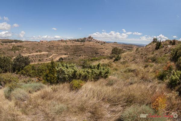 Le Sanctuaire-Forteresse de Santa María de Ujué domine le village médiéval perché en nid d'aigle, Ujué (Uxue), Navarre, Espagne