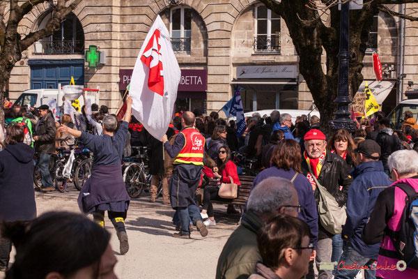 14h47 Postiers syndiqués. Manifestation intersyndicale de la Fonction publique/cheminots/retraités/étudiants, place Gambetta, Bordeaux. 22/03/2018