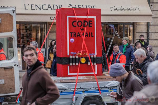 """14h50, Sud et son fourgon-maquette """"Code du travail ceinturé d'explosifs avec retardateur"""". Place Gambetta, Bordeaux"""