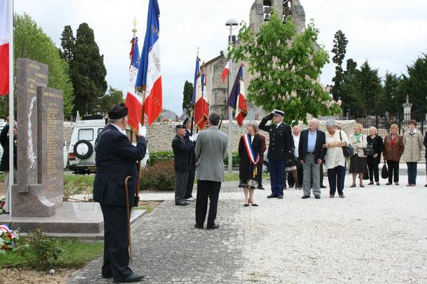 Levée des couleurs. Hommages et commémoration de l'Armistice du 8 mai 1945 à Cénac, ce vendredi 8 mai 2009.