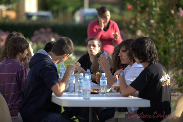 """""""Une collation pour les jeunes artistes bien méritée"""" Festival JAZZ360 2012, allées des écoliers, Cénac, 08/06/2012"""