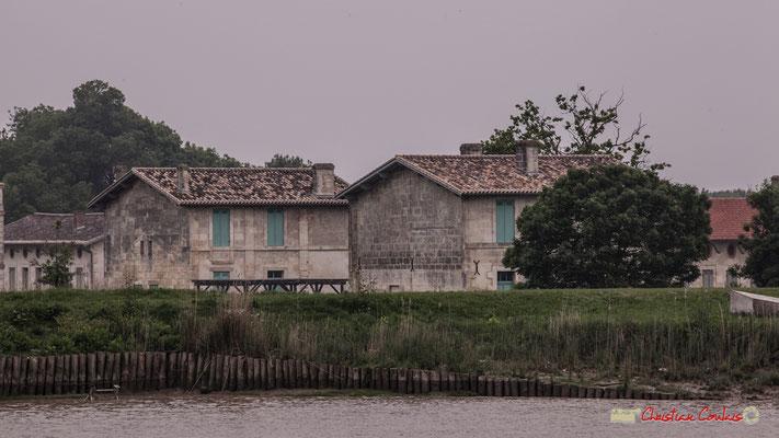 Le village Sans-Pain se laisse entrevoir.  Visite de l'île Nouvelle. 06/05/2018