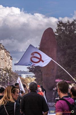 Phi / Sanna de Jaume Plensa. Manifestation intersyndicale de la Fonction publique, place de la Comédie, Bordeaux. 10/10/2017