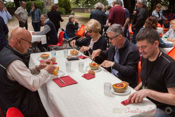 Les bénévoles de JAZZ360 passent à table. Festival JAZZ360 2016, Camblanes-et-Meynac, 11/06/2016
