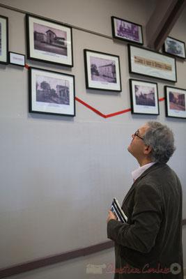 """Le Maire de Pompignac, Denis Lopez, observe les souvenirs affichés, """"Tramway à vapeur de Bordeaux à Camarsac"""""""