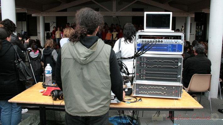 """""""Pas facile de sonoriser une chorale"""" Chorale jazz des écoles de la CDC des Portes de l'Entre-Deux-Mers. Festival JAZZ360 2010, Cénac. 12/05/2010"""