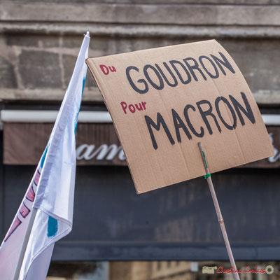 """""""Du goudron pour Macron"""" Manifestation contre la réforme du code du travail. Place Gambetta, Bordeaux, 12/09/2017"""