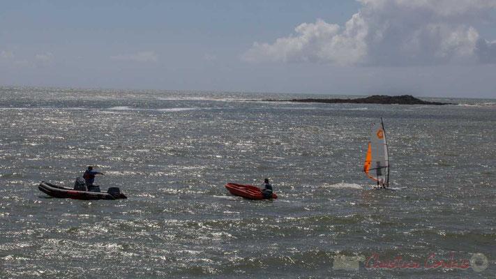 Rocher de Pilours et apprentissage de la mer, depuis la jetée de la Garenne. Saint-Gilles-Croix-de-Vie, Vendée, Pays de la Loire