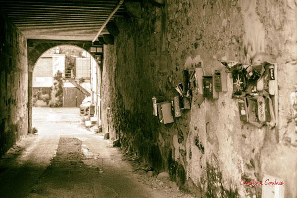"""4/4 """"Viens chez moi, j'habite chez une copine"""" Quartier Saint-Michel, Bordeaux. Mercredi 24 juin 2020. Photographie © Christian Coulais"""