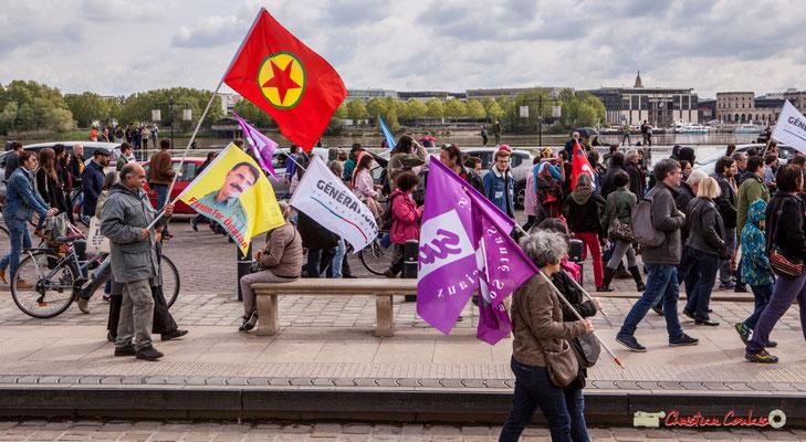 11h38 Les drapeaux des militants commencent à se croiser, après une heure de marche 2/3. Place de la Bourse, Bordeaux. 01/05/2018