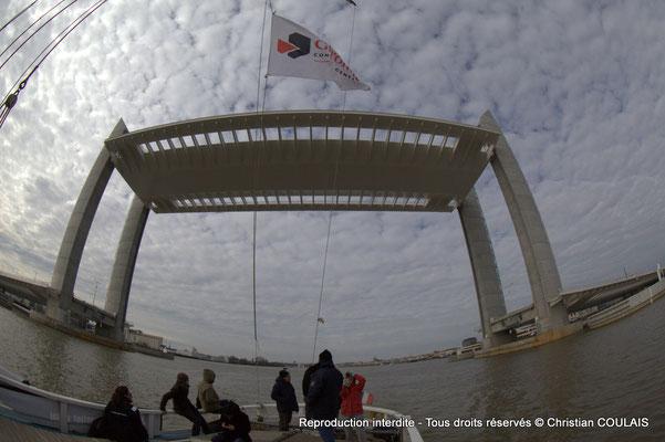 B Premier passage, non inaugural, de la gabarre les Deux Frères sous le pont Jacques Chaban-Delmas. Bordeaux, samedi 16 mars 2013