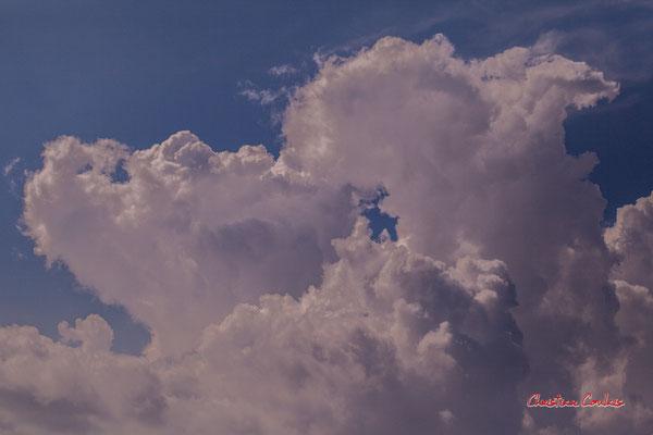 Ciels et nuages, dimanche 26 avril 2020, 15h54, le Garde, Cénac. Photographie : Christian Coulais / 100mm