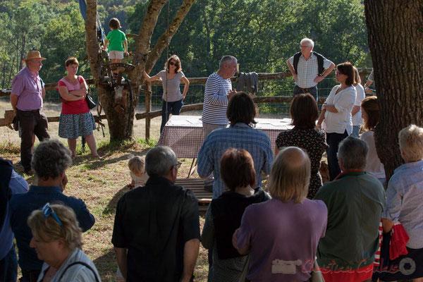 Pendant ce temps les enfants, insouciants jouent. C'est pour leur avenir que ces militants luttent. Saint-Genès-de-Lombaud, Gironde
