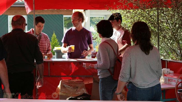 La buvette démarre son office. Festival JAZZ360 2011, Cénac. 01/06/2011