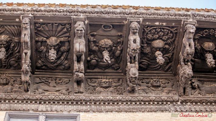 """1/7 Treize modillons représentent des animaux fantastiques, en train d'attraper des têtes humaines, flore et fruits exotiques et arrière-plan avec des """"indiens"""" et figurent grotesques. Palais d'Ongay-Vallesantoro, Sangüesa, Navarre"""