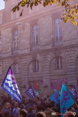 2 Dans les volutes des fumigènes. Manifestation intersyndicale de la Fonction publique, place Gambetta, Bordeaux. 10/10/2017