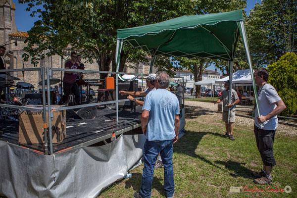Ça se passe comme cela à JAZZ360 ! Coup de main. Les bénévoles déplacent une tente pour protéger les prochains musiciens. Festival JAZZ360, 10 juin 2017, Camblanes-et-Meynac