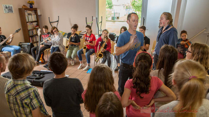 Répétition entre la Chorale jazz de l'école primaire de Le Tourne et le Big Band Jazz du collège de Monségur. Maison des anciens, Cénac