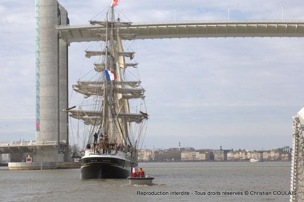 D Le Belem est en approche du pont Jacques Chaban-Delmas pour son inauguration. Le matelot termine le rangement des cordages du grand foc affalé. Gabare les Deux Frères, Bordeaux, samedi 16 mars 201