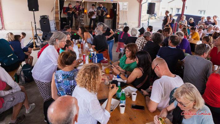 Halte méridienne à la halle de Frontenac. Ouvre la voix, samedi 4 septembre 2021. Photographie © Christian Coulais