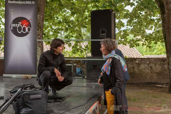 Phil Gueguen échange avec une spectatrice sur sa musique, qu'elle a bien aimé.  Festival JAZZ360 2016, Camblanes-et-Meynac